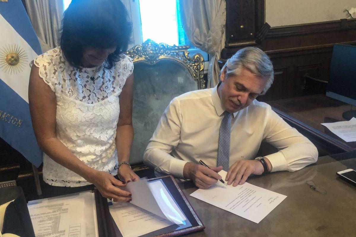alberto fernandez firmando