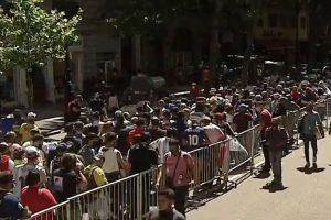 Advierten sobre la contradicción que plantea el multitudinario velatorio de Maradona