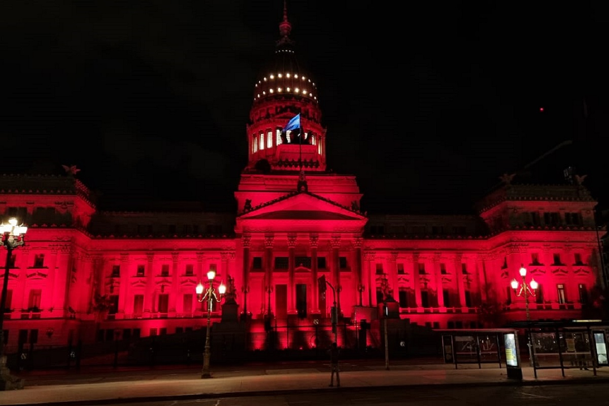 congreso iluminado rojo dia de la salud menstrual