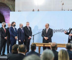 En la jura de ministros, Alberto habló de la interna y le pegó a Macri